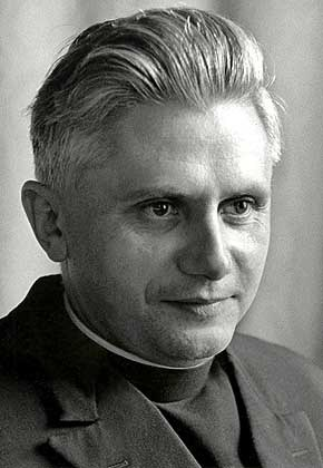 1965 年的拉辛格神父。拉辛格神父是梵二時是波恩的一位神學教授,在會議期間亦擔任神學顧問。