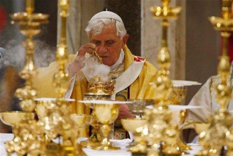 教宗本篤十六世於2009年聖週四「主的晚餐」彌撒中獻香 (AP Photo/Andrew Medichini)
