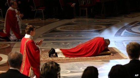 教宗方濟各於2013主持聖週五禮儀俯伏朝拜吾主基利斯督 (BBC/AP photo)