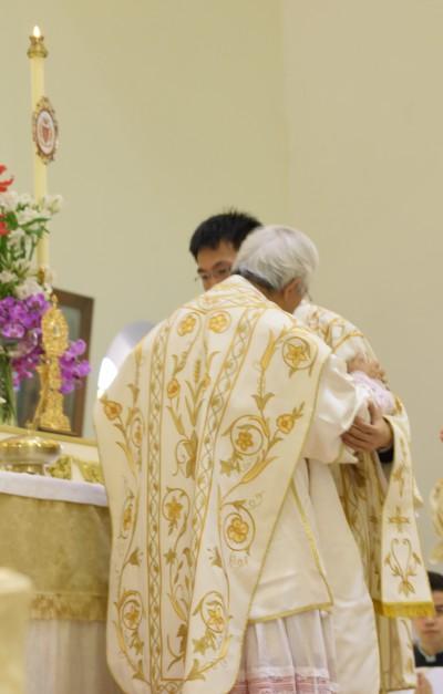 陳樞機在彌撒中和執事互祝平安