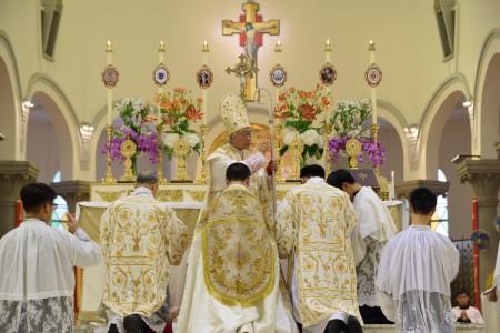 陳樞機於大禮彌撒完結時降福信友