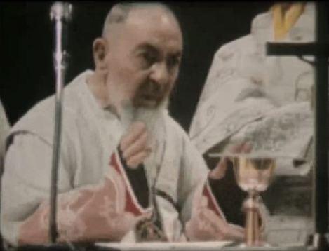 五傷聖庇護神父在死前一天開彌撒,圖中他在唸感恩經