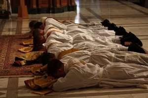聖秩聖事領受人於誦唱諸聖禱文時俯伏在地