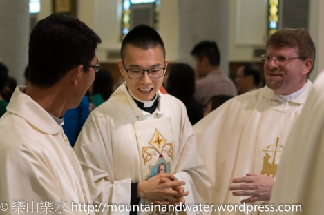 張樂天神父接受其他司鐸兄弟祝賀