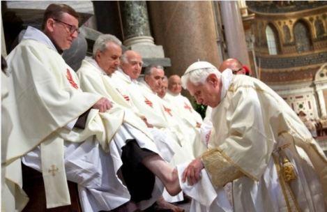 教宗本篤十六世為其他聖識人員洗腳 (圖: New Liturgical Movement)