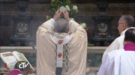 教宗方濟各在2014年1月12日於西斯汀小堂舉行「面朝東方」聖祭。(CTV)