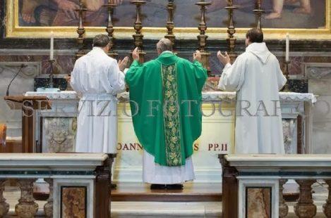 教宗方濟各在2013年1月10日於教宗若望保祿二世祭台上舉行「面朝東方」聖祭。(Servizio Fotografico)
