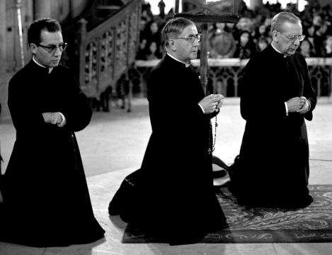 主業團創辦人聖施禮華(中)及其首位繼承人真福歐華路主教(右),和年輕的蔡浩偉主教(左)。