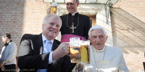 web3-pope-benedict-xvi-beer-birthday-happy-smiling-043_dpa-pa_170417-99-99721_dpai-lena-klimkeit-dpa-afp